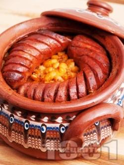 Печен зрял боб с наденица в глинен съд - снимка на рецептата